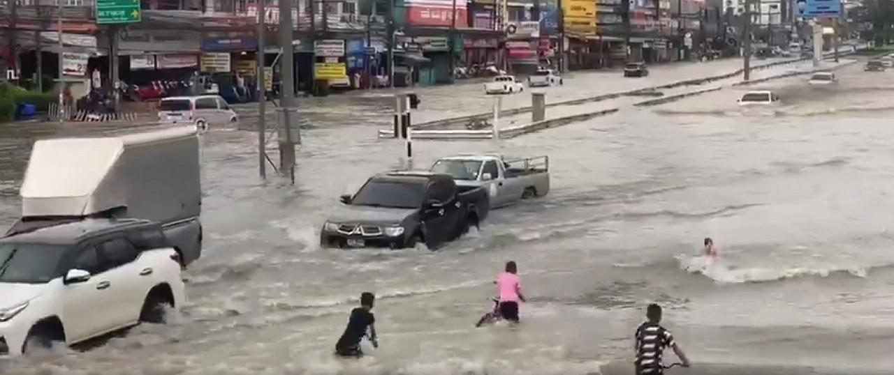 【衝撃映像あり】日本とタイで起きた大雨被害の報道の差に唖然!